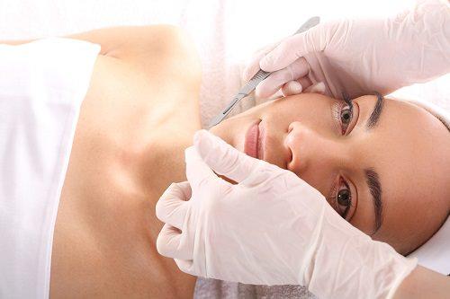 Operacja plastyczna, kobieta w klinice chirurgii estetycznej